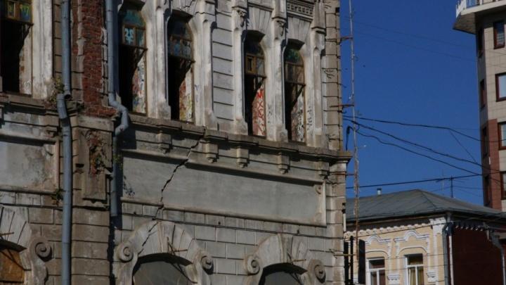 Треснувший памятник архитектуры у площади Куйбышева спрячут от туристов ЧМ за баннером