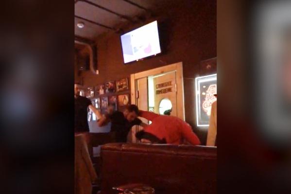 Усмирять пьяного мужчину в баре пришлось резиновой дубинкой и перцовым баллончиком