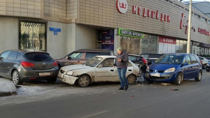 Водитель с 20-дневным стажем протаранил три машины в центре Тюмени