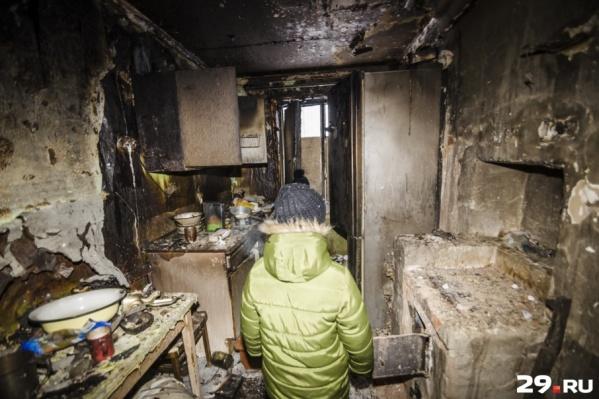 Большой многодетной семье пришлось переехать к бабушке из-за пожара — так выглядит сегодня обгоревшая квартира