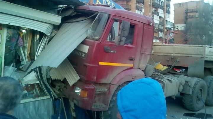 В Самаре водитель КАМАЗа уснул за рулём и протаранил три киоска