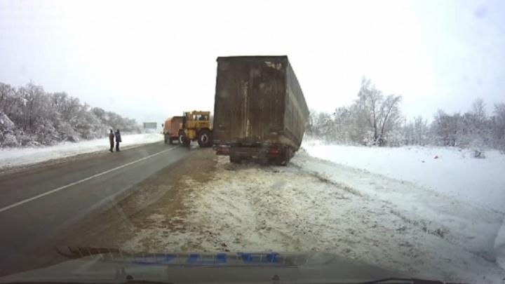 Замерзал сутки: в Самарской области полицейские спасли застрявшего дальнобойщика