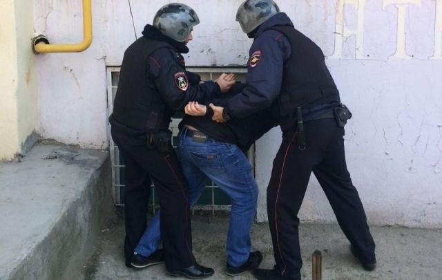 В Ростове поимку вора-домушника силовикамим сняли на фото