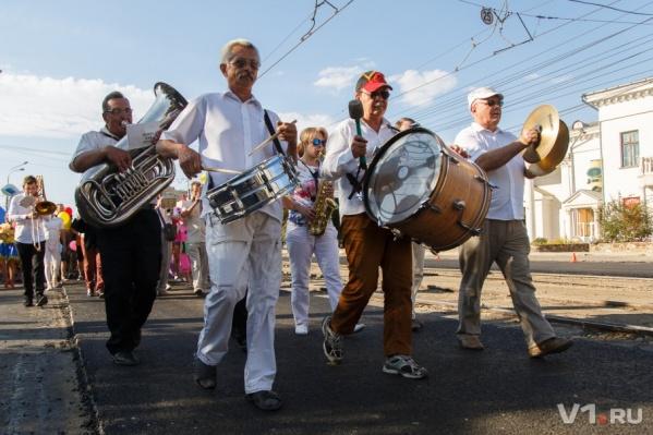 В августе музыканты в общей колонне прошлись по городу в честь юбилея родного цирка