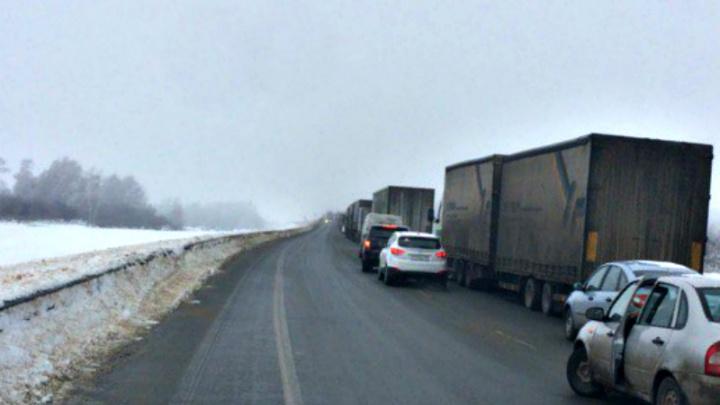 В Самарской области авария с двумя грузовиками парализовала движение на трассе М-5