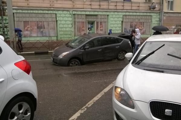 Чтобы вызволить авто из-под земли, хозяину пришлось вызывать подмогу