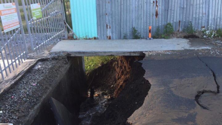 Три элитные многоэтажки в Челябинске остались без воды из-за провала асфальта