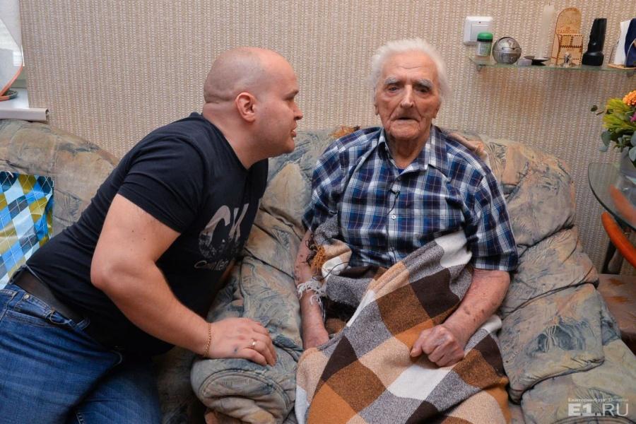 Вопросы ветерану приходится задавать через внука Женю: мужские голоса дед воспринимает, а женские — нет.
