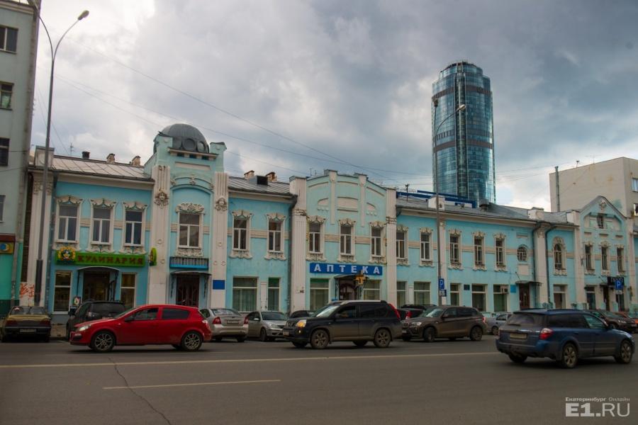Голубое двухэтажное здание украшено лепниной. Сейчас кажется, что это одно длинное здание, но на деле это два отдельно стоящих дома. Один из владельцев выкупил второе здание и соединил их.