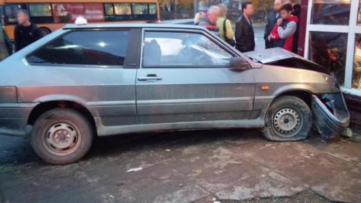 В Перми легковушка после аварии вылетела на остановку и сбила 16-летнего подростка