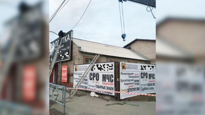 Щиты — в расход:  на пересечении Авроры и Мориса Тореза демонтировали незаконную рекламу на домах