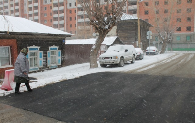 В администрации Тюмени объяснили, зачем на улице Каширской в снег уложили асфальт