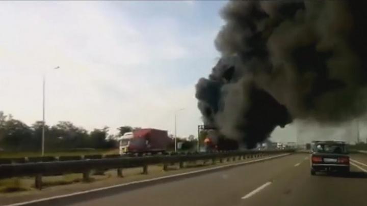 На трассе М-4 «Дон» сгорел прицеп с автомобильными покрышками