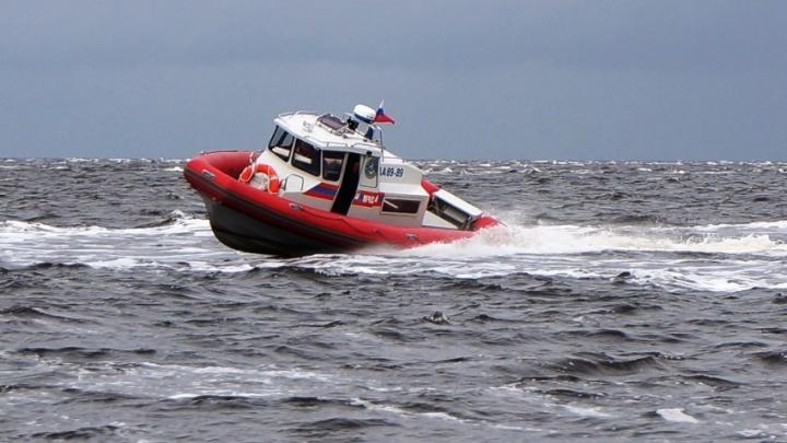 Архангельские спасатели эвакуировали больного рыбака с острова Мудьюг