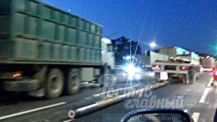 Под Ростовом из двигающейся фуры на дорогу выпала труба