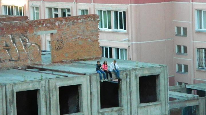Недострой бизнесмена возле челябинской школы облюбовали для прогулок дети