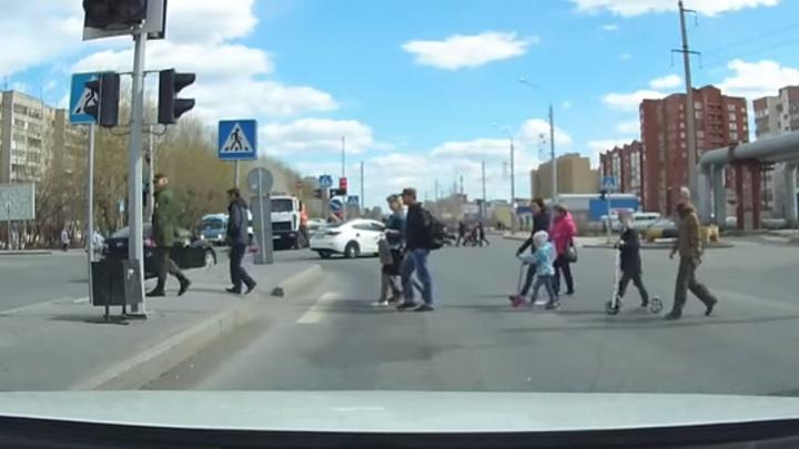 Свадьба против правил: в Тюмени накажут водителей кортежа из восьми машин, грубо нарушивших ПДД