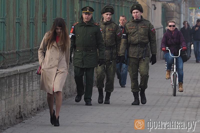 Петербург прочесывают военные патрули