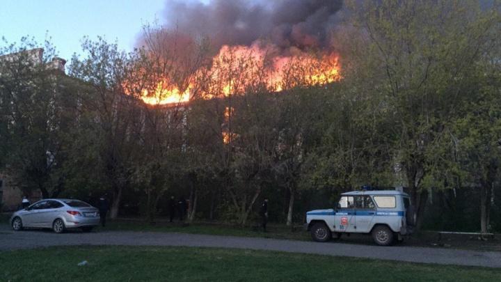 В Копейске сгорело здание бывшего училища