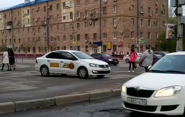 Волгоградцы возмущены стихийной автостоянкой на тротуаре перед ТЮЗом