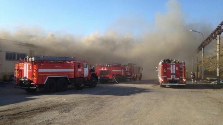 В Волгограде горят цеха завода имени Ермана