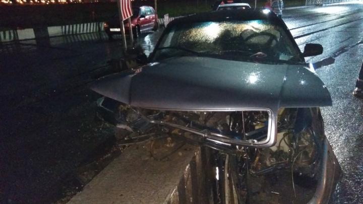 Audi врезалась в бетонное ограждение на объездной