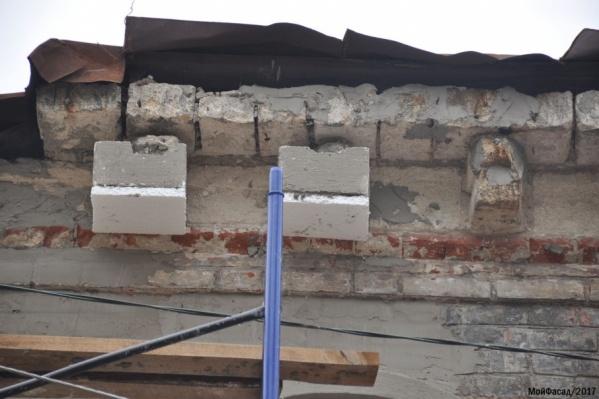 Оригинальные модильоны на доме купца Попова строители заменили на обычные бетонные кубы