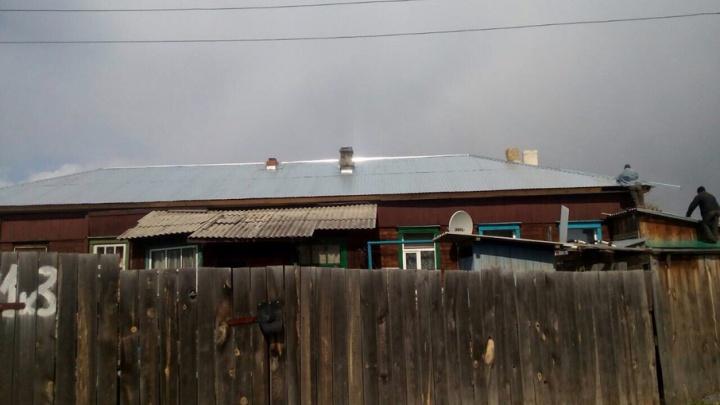 УК отремонтировала просевшую крышу в аварийном доме на Большевиков