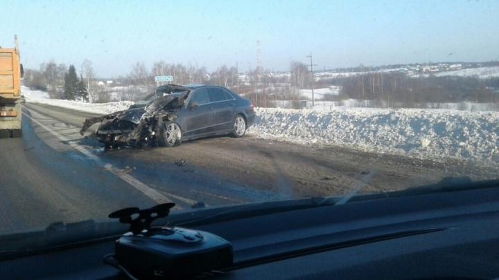 На трассе М-8 столкнулись иномарка и грузовик: легковушка всмятку