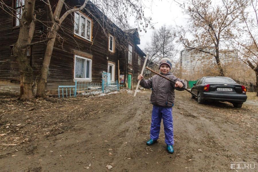 Маленький Саша провёл нам экскурсию по своему двору.