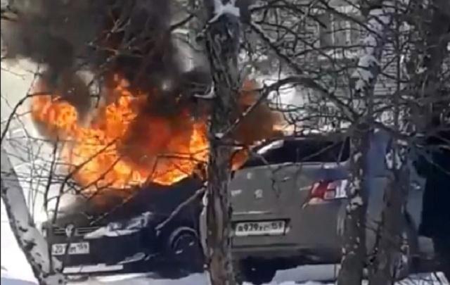 В Соликамске прохожие вытащили из горящей иномарки спящего водителя