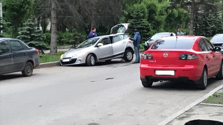 В Самаре Renault «затянуло» в яму около Самарской площади