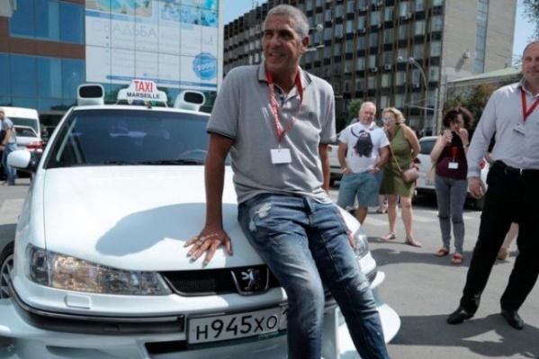 Сами Насери рядом с точной репликой автомобиля из культового фильма с его участием
