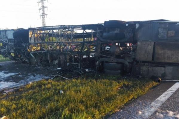 Архивное фото: автобус выгорел полностью