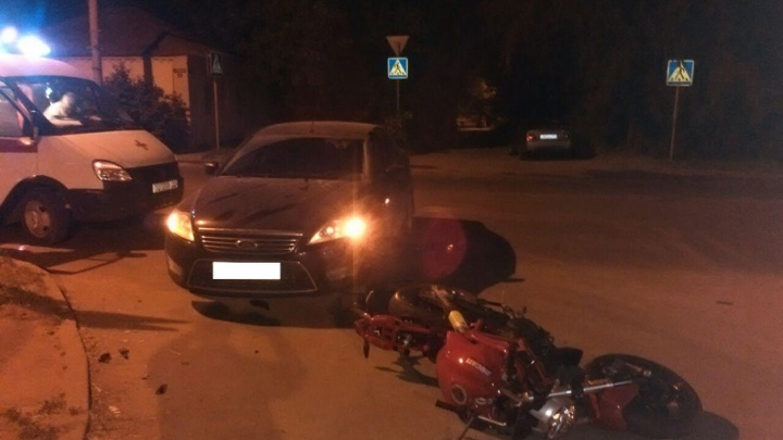 В Ростове на перекрестке водитель Ford сбил мотоциклиста