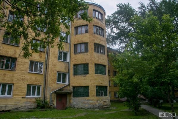 Общежитие в стиле конструктивизма построено с бастионами.