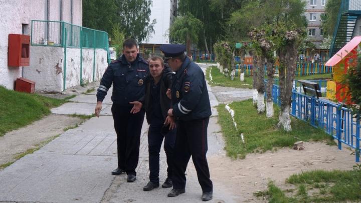 В Тюмени утром задержали пьяного водителя, который пытался спрятаться на детской площадке