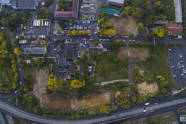 На месте домов остались лишь следы, ещё не заросшие травой.