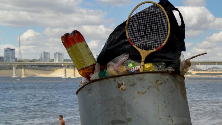 Горы мусора напротив Волгограда: пляж на Бобрах грозят отгородить от свинства