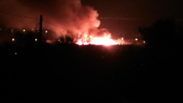 В Красноармейском районе Волгограда вновь пылает камыш