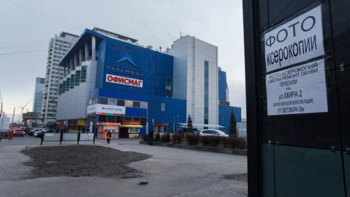 Краснознаменскую в Волгограде расчищают от загораживающих ГДЮЦ павильонов