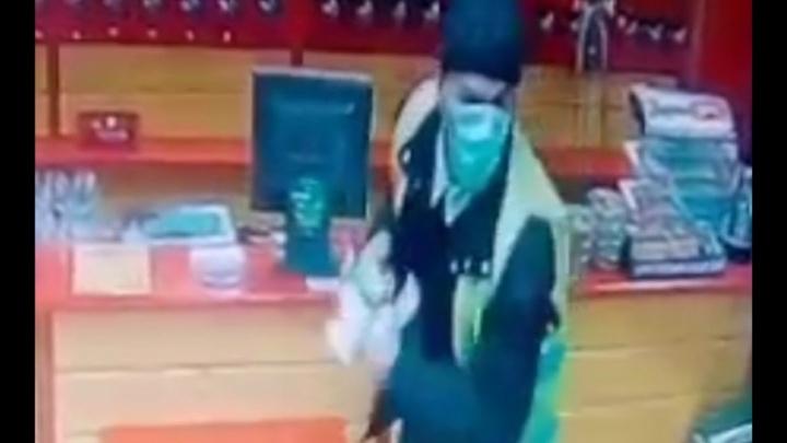 Разбойник в медицинской маске с газовым баллончиком: в Самаре мужчина напал на разливайку