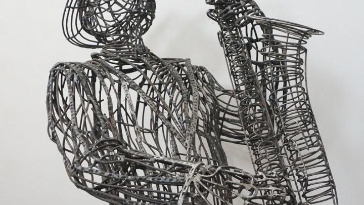 Волгоградский мастер скрутил из проволоки фигуру двухметрового саксофониста