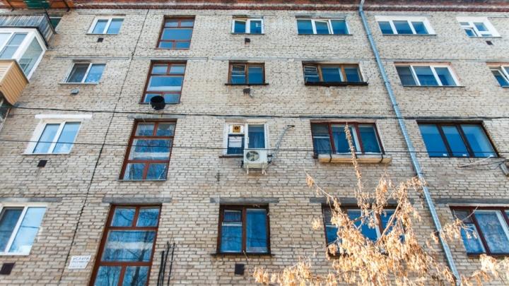 Сотрудник тюменского Росреестра помог черным риелторам заполучить квартиры умерших