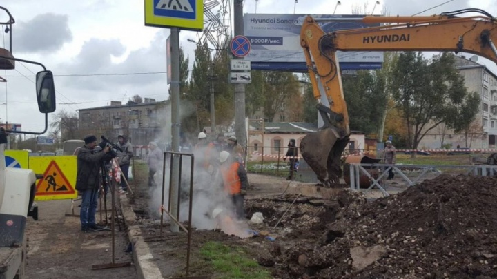 Рабочие восстановили после прорыва теплотрассу на улице Авроры