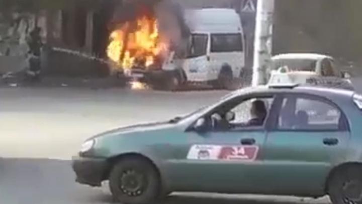 Возгорание маршрутки в Челябинске попало на видео