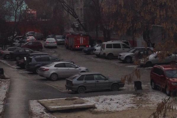 На место порыва на Мельникайте, 71 местные жители вызвали сотрудников МЧС