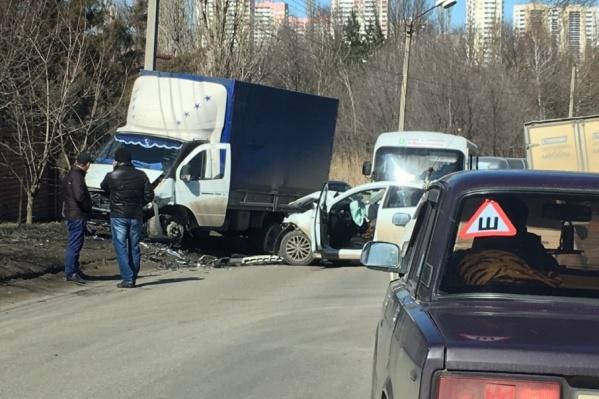 По словам очевидцев, иномарка выехала на полосу встречного движения