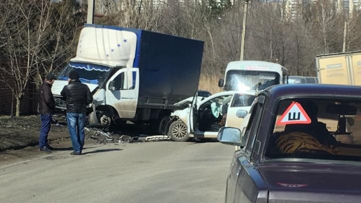 В микрорайоне «Суворовский» столкнулись «Киа» и «Газель»: есть пострадавшая