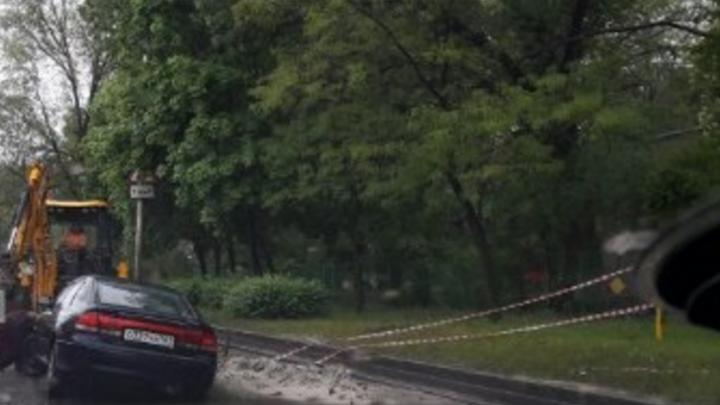 В Ростове Mazda провалилась в заполненную водой яму